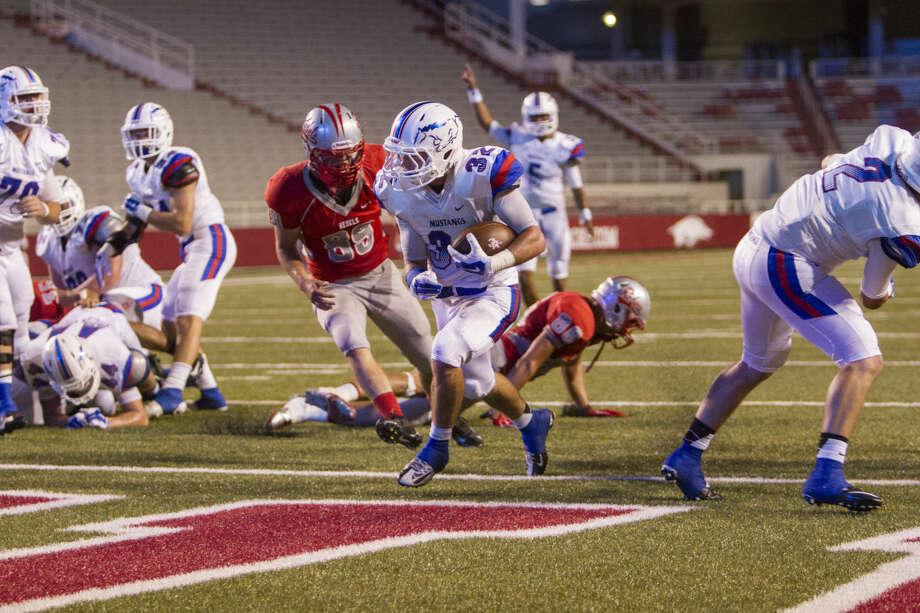 Runningback #32 Justin Fender scoring a touchdown. Photo: Gunnar Rathbun