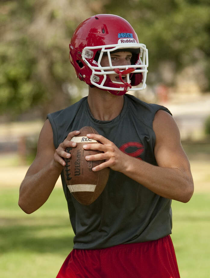 Coahoma's Braxton Iden drops back and looks to pass during practice. Tim Fischer\Reporter-Telegram Photo: Tim Fischer