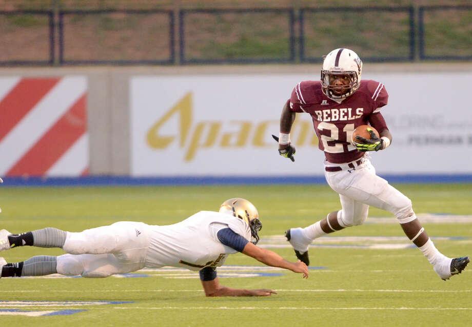 Lee's Aron Dobbins (21) runs the ball against El Paso Coronado on Friday at Grande Communications Stadium. James Durbin/Reporter-Telegram Photo: James Durbin