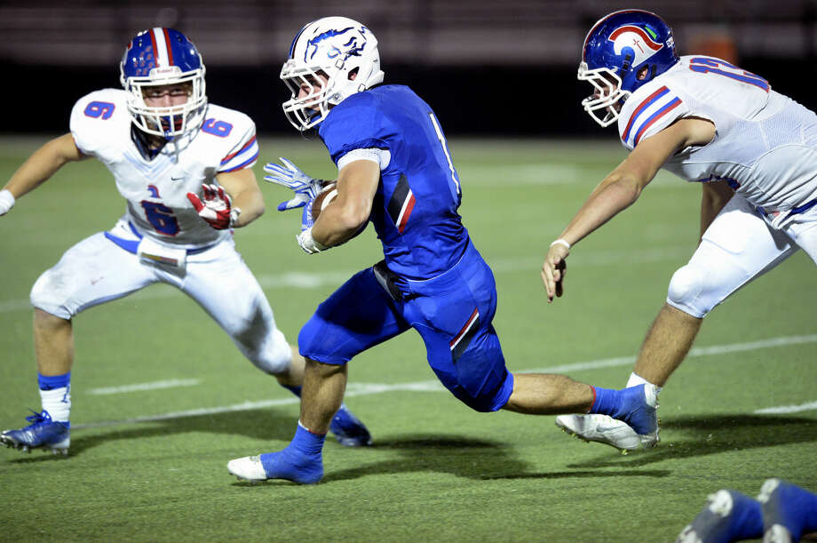 Midland Christian running back McLane Mannix (1) runs the ball against Addison Trinity's Chase Rea (6) and Cory McQuilkin (13) on Friday, Oct. 2, 2015, at Mustang Field. James Durbin/Reporter-Telegram Photo: James Durbin