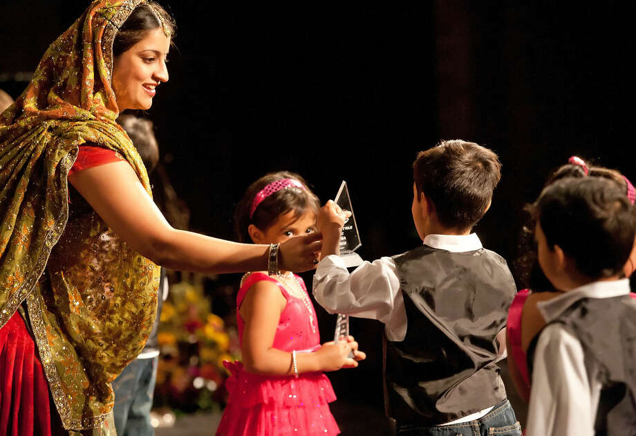 "Vandana Nagpal hands out awards to the children after their dance to the Bollywood movie song ""We Twist !"" Saturday during the Hindu Association of West Texas Diwali celebration at Permian High School. Cindeka Nealy/Reporter-Telegram Photo: Cindeka Nealy"