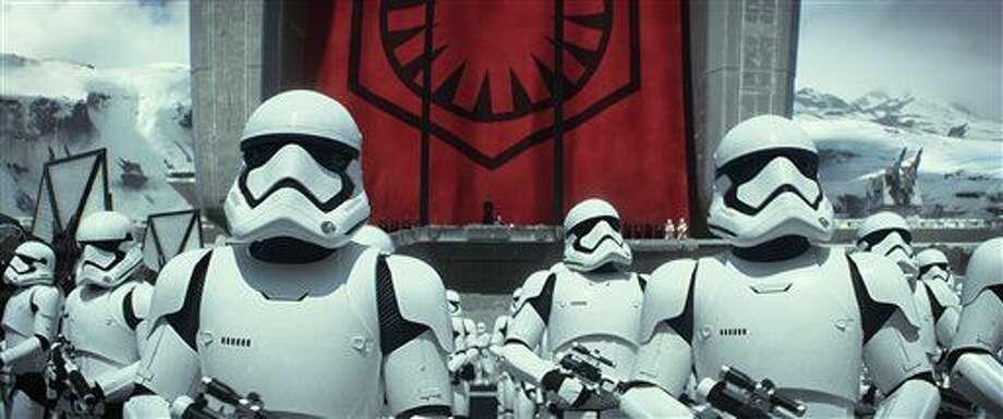 """Soldados en una escena de la película """"Star Wars: The Force Awakens"""". Las primeras funciones de la película comenzaron el jueves 17 de diciembre de 2015 por la noche. En Egipto se tuvieron que cancelar en una pantalla IMAX por problemas con la copia. (Film Frame/Lucasfilm via AP) Photo: Film Frame"""