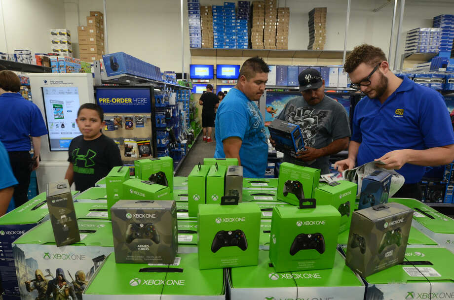 Shoppers look for deals at Best Buy on Thanksgiving night. Photo: James Durbin/Reporter-Telegram