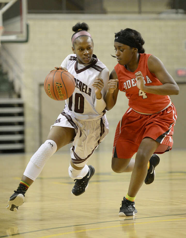 Lee High's Braydyn Hill (10) moves the ball against Odessa High's Kai'naja Walton (4) on Friday, Jan. 8, 2016 at Chaparral Center. James Durbin/Reporter-Telegram Photo: James Durbin