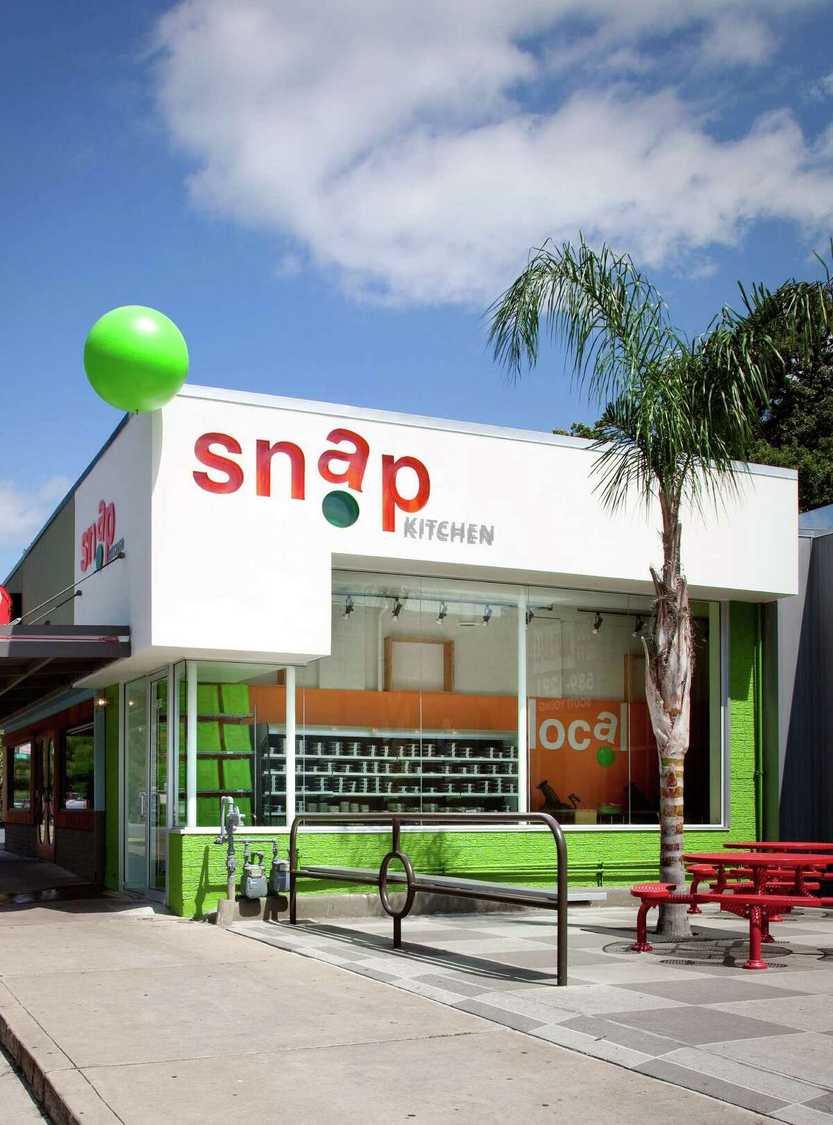 Snap Kitchen has rebranded itself with new store redesigns,a modernized logo, and new packaging. This is the old look.