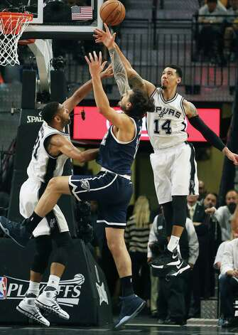 Danny Green and Tim Duncan combine to stop Steven Adams as the Spurs host the Thunder in game 1 of second round NBA playoff action at the AT&T Center on April 230, 2016. Photo: TOM REEL, STAFF / SAN ANTONIO EXPRESS-NEWS / 2016 SAN ANTONIO EXPRESS-NEWS