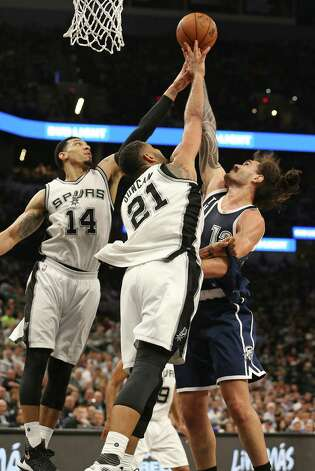 Danny Green and Tim Duncan reject Steven Adams as the Spurs host the Thunder in game 1 of second round NBA playoff action at the AT&T Center on April 230, 2016. Photo: TOM REEL, STAFF / SAN ANTONIO EXPRESS-NEWS / 2016 SAN ANTONIO EXPRESS-NEWS