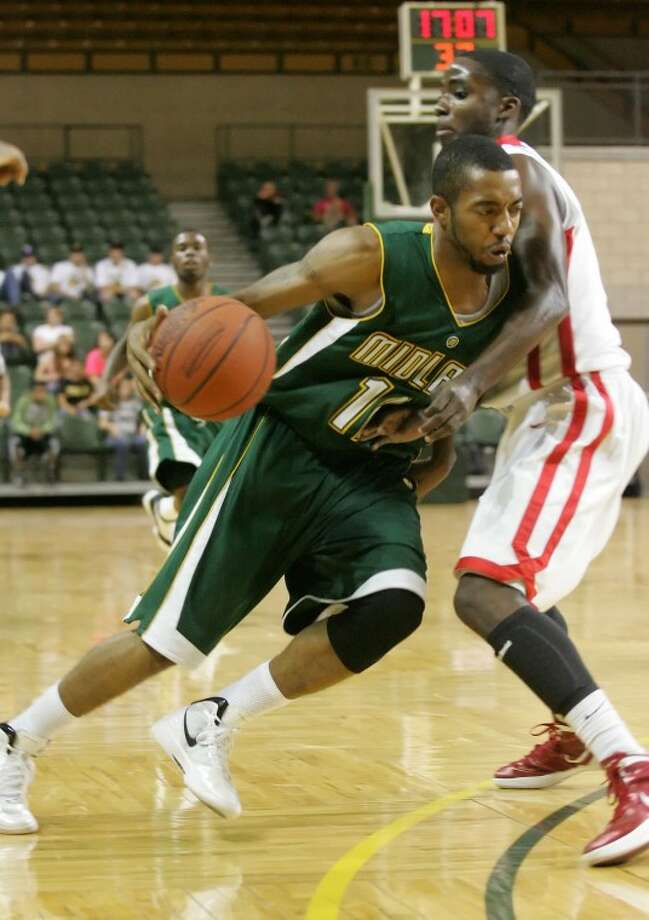 Midland College's Kelvin Agee (12) drives in past a Trinity Valley College gaurd on Fri., Nov. 11, 2011 at the Chaprral Center. Cindeka Nealy/Reporter-Telegram Photo: Cindeka Nealy