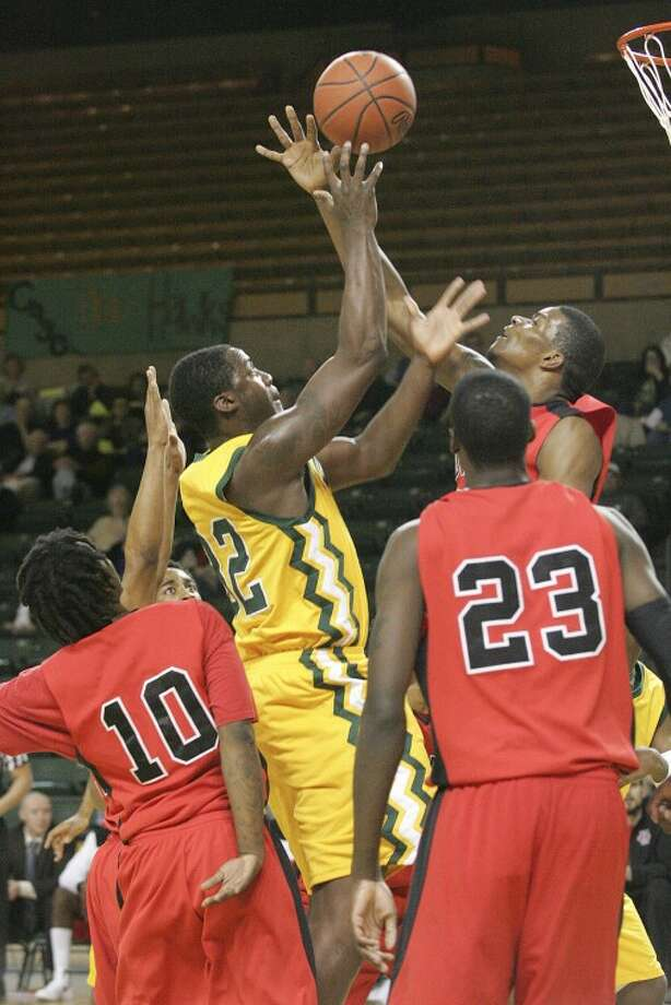 Midland College's Melvin Tabb (32) and Howard's Calvin Godfrey (20) attempt to rebound the ball Monday at the Chaparral Center. Cindeka Nealy/Reporter-Telegram Photo: Cindeka Nealy
