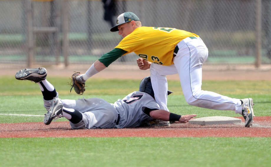 Midland College's Chris Shaw tries to catch Howard's Cameron Neal off base Saturday at Christensen Stadium. James Durbin/Reporter-Telegram Photo: JAMES DURBIN