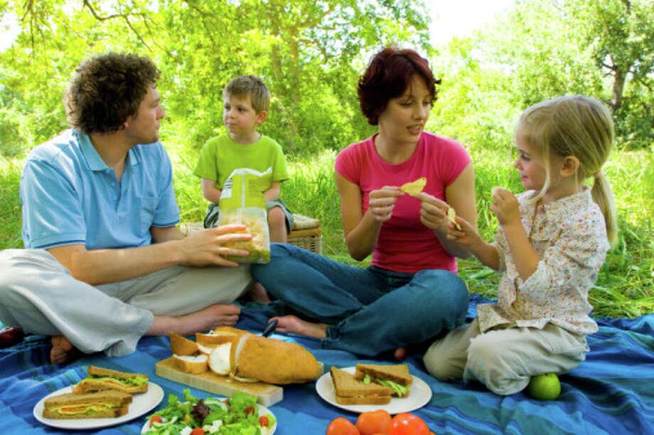 Family at picnic / Pixland