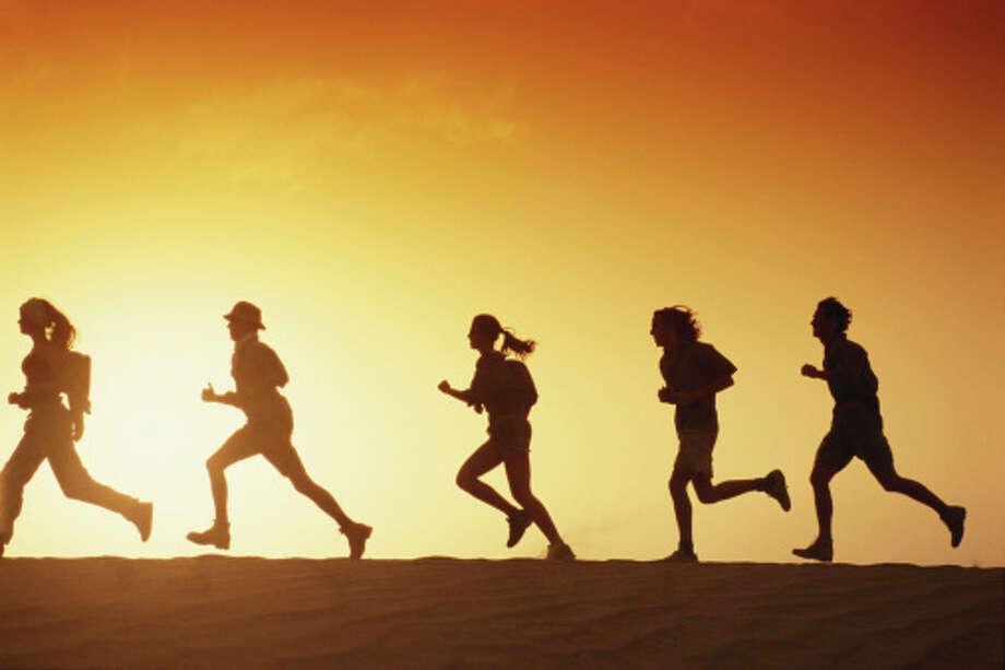 People running in desert at dusk, side view Photo: David De Lossy / (c) David De Lossy
