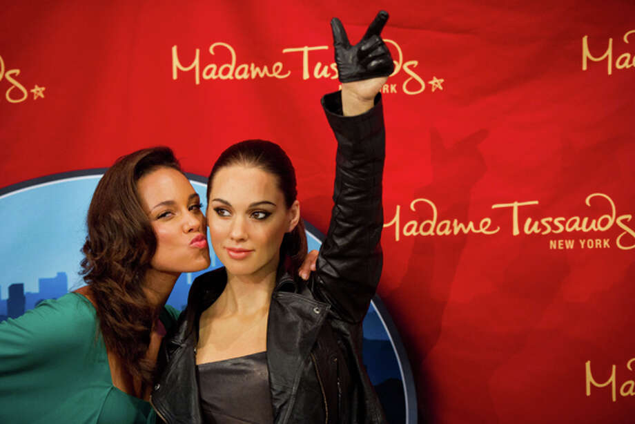 Singer Alicia Keys poses with her wax likeness at an unveiling at Madame Tussauds in New York, June 28. Photo: AP Photo/Charles Sykes / FR170266 AP