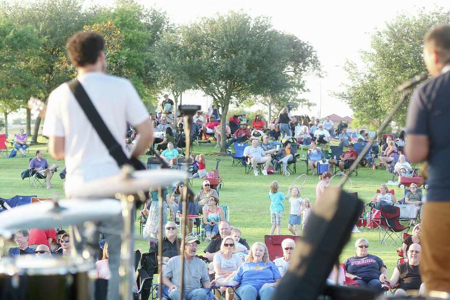 A May 6 show by blues guitarist Hamilton Loomis draws a crowd to Pearland's Southdown Park to kick off the city's 2016 Concerts in the Park series. Photo: Pin Lim, Freelance / Copyright Forest Photography, 2015.