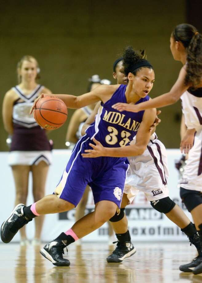 Midland High's Catarina Rendon takes the ball through the Lee defense Tuesday at Chaparral Center. James Durbin/Reporter-Telegram Photo: JAMES DURBIN