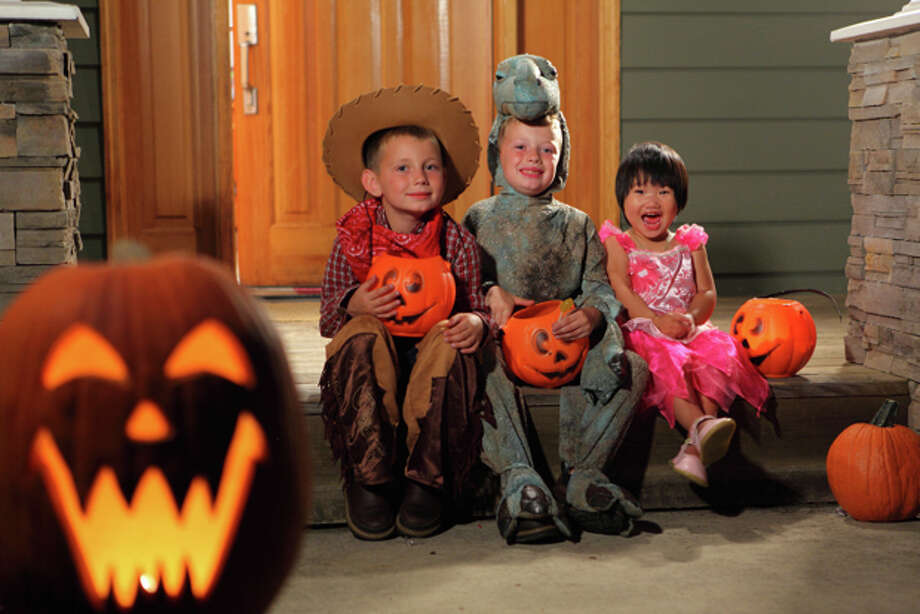 Portrait of three children in Halloween costumes Photo: Morgan Lane Studios / iStockphoto