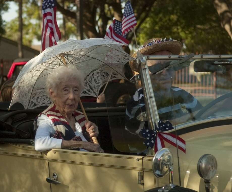 101-year-old Alice Park helps lead the 4th of July parade around Manor Park Friday morning in a vintage car. Photo by Tim Fischer/Midland Reporter-Telegram Photo: Tim Fischer