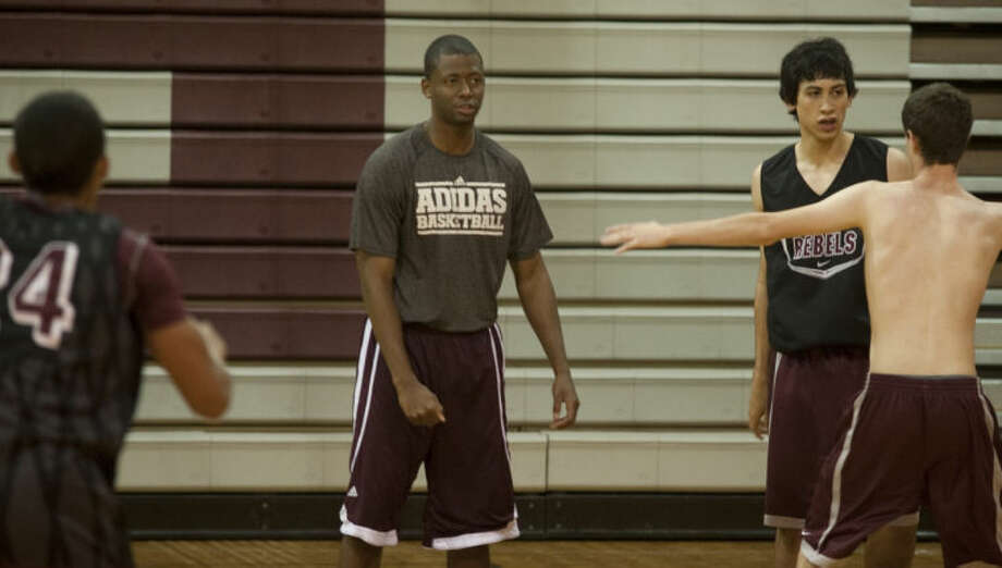 Lee High boys basketball coach Chris Packer works with his players Wednesday morning during practice. Tim Fischer\Reporter-Telegram Photo: Tim Fischer