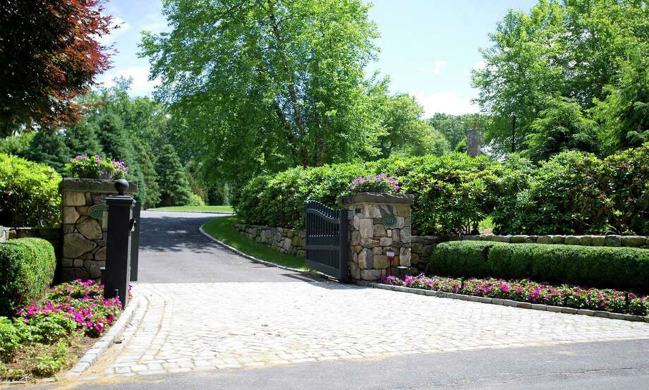 The entrance to 705 West Road in New Canaan, Conn., the home of General Electric CEO Jeff Immelt. Photo: Lindsay Perry / Lindsay Perry / Stamford Advocate