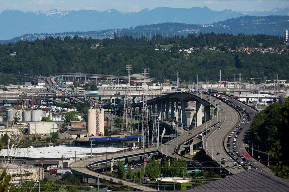 Cars begin to backup as the clock ticks closer to rush hour on Friday, May 6, 2016. Photo: GRANT HINDSLEY, SEATTLEPI.COM / SEATTLEPI.COM