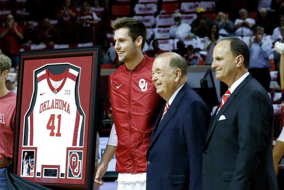 Oklahoma forward Austin Mankin (left) poses with OU president David Boren (center) and athletic director Joe Castiglione during a pregame ceremony honoring the graduating seniors before the start of a game against Baylor in Norman, Okla., on March 1, 2016. Photo: Alonzo Adams /Associated Press / FR159426 AP