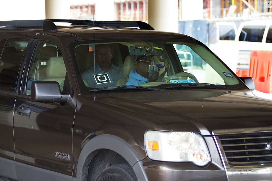 An Uber picks up a passenger at the San Antonio International Airport on Thursday. The airport is one place where there is usually a cluster of drivers for ride-hailing companies, like Lyft and Uber, looking for passengers. Photo: Alma E. Hernandez /For The San Antonio Express-News