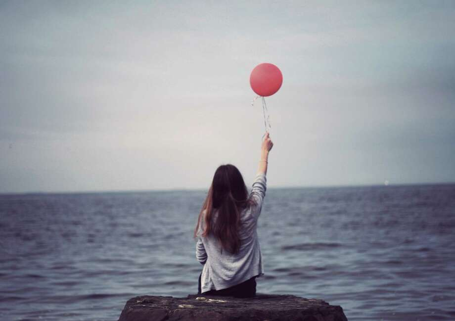 Girl holding balloon at beach Photo: Caiti Borruso / Getty Images/Flickr RF / Flickr RF