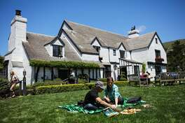 (l-r) Andres Mino and Allison Schwartz enjoy a picnic outside hotel The Pelican Inn, in Marin County, California, on Sunday, May 15, 2016.