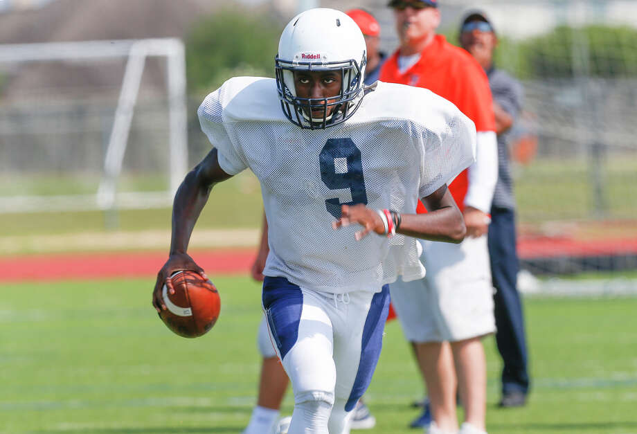 Seven Lakes quarterback candidate John Harrington runs the quarterback sneak as the Spartans went through spring football drills at Seven Lakes High School in Katy on May 13, 2016. Photo: Diana L. Porter, Freelance / © Diana L. Porter