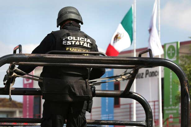 Un agente de la policía estatal de Tamaulipas patrulla las calles de Reynosa. (Archivo)