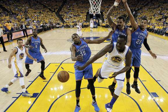 Draymond Green (23) passes to an open Stephen Curry (30) under the basket in the first half as the Golden State Warriors played the Oklahoma City Thunder in Game 2 of the Western Conference Finals at Oracle Arena in Oakland, Calif., on Wednesday, May 18, 2016.
