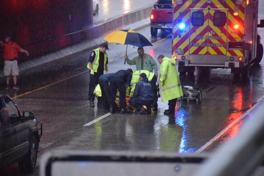 The lower levels of I-35 in downtown were shut down after witnesses say a woman jumped off a bridge onto the freeway at South Frio Street on May 19, 2016. Photo: Mark D. Wilson/San Antonio Express-news
