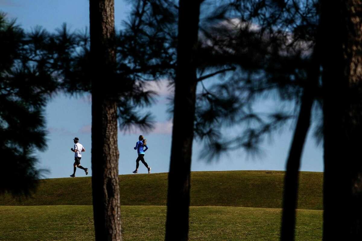 Runners zip through Hermann Park. ( Michael Ciaglo / Houston Chronicle )