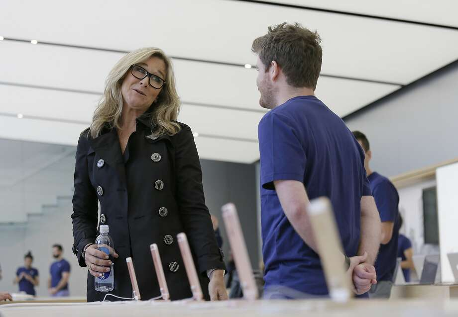 Angela Ahrendts speaks with an employee inside a store in San Francisco on May 19, 2016. Photo: Eric Risberg, Associated Press