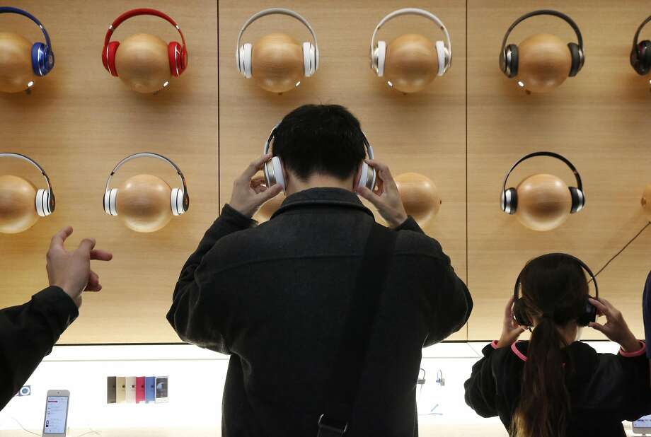 Here's what Apple's future Lightning headphones will be able to do that normal headphones can't (AAPL, CRUS)