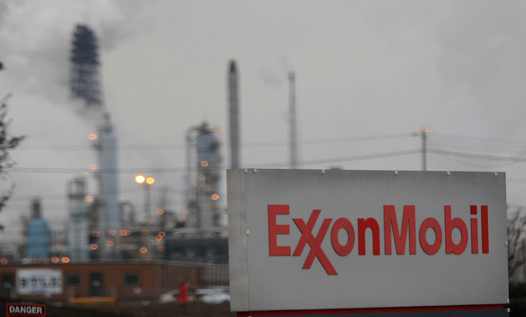 Exxon drops to 15-year low ahead of annual strategy presentation