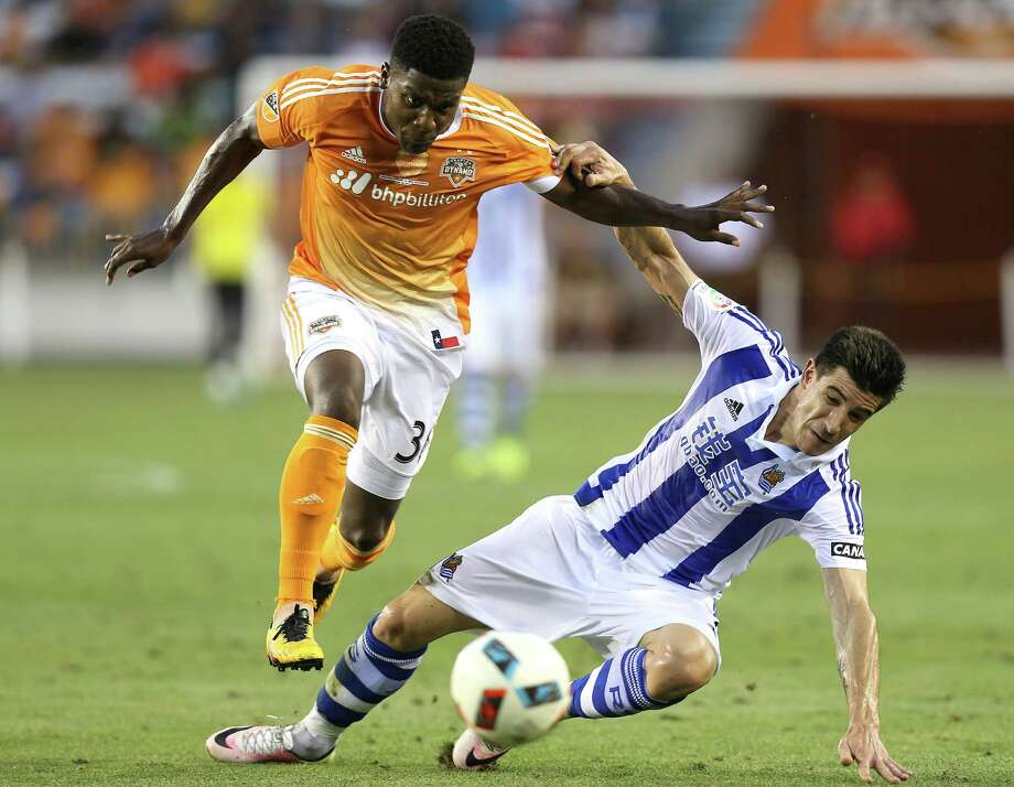 Houston Dynamo defender Bradley Bourgeois (30) and Real Sociedad defender Yuri Berchiche (19) go after the ball in the second half of the Charities Cup on Tuesday, May 24, 2016, in Houston. Dynamo won on penalty  kicks 5-4. Photo: Elizabeth Conley, Houston Chronicle / © 2016 Houston Chronicle