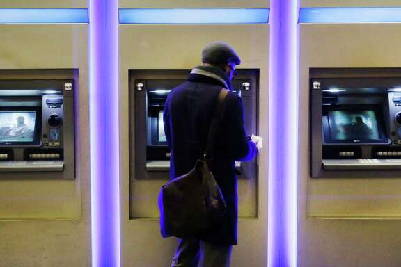 A customer uses an ATM at a branch of Chase Bank in New York.  JPMorgan Chase, Wells Fargo and other big banks are upgrading their online payment services to let customers make instant transfers of money to others who bank elsewhere, often at no cost.  The move comes as banks face pressure from payment companies like Venmo and Square Cash that offer ways to split the bill.