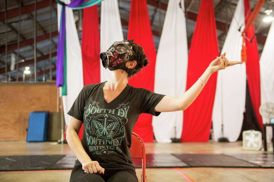 "Georgette Lockwood wars a gas mask during a ""14"" rehearsal at Aerial Horizon on May 21. / Carlos Javier Sanchez"