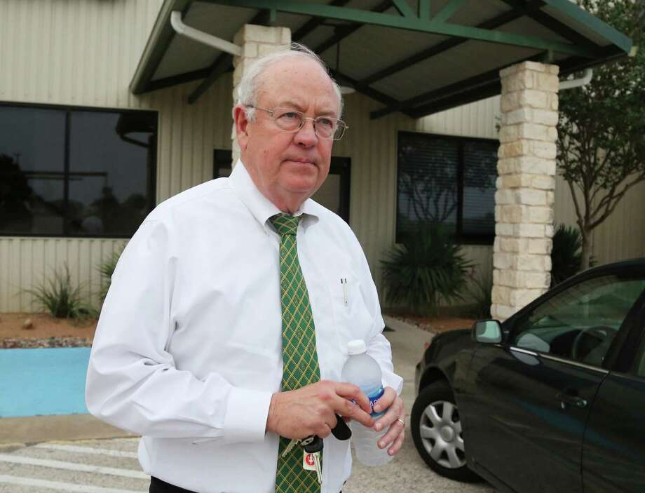 FILE - In this May, 25, 2016, file photo, Baylor University President Ken Starr leaves a terminal at the airport in Waco, Texas. Starr resigned as Baylor's chancellor Wednesday, June 1, 2016, a week after he was removed as president of the Texas school amid a scandal over its treatment of sexual assault cases involving football players. (Rod Aydelotte/Waco Tribune Herald, via AP, File) MANDATORY CREDIT Photo: Rod Aydelotte, MBO / Waco Tribune-Herald
