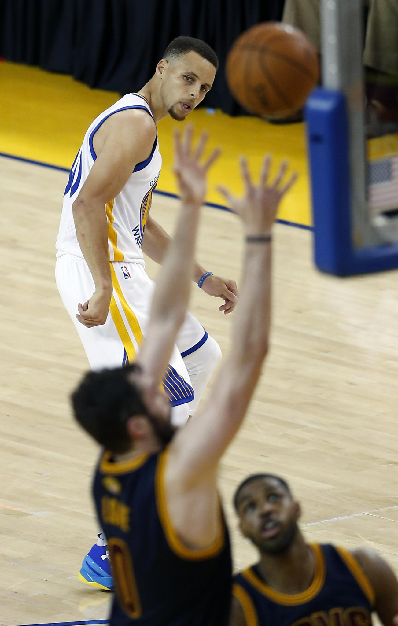 d5d89f1eeec9 Stephen Curry struggles and Warriors still dispatch Cavs in Game 1 ...
