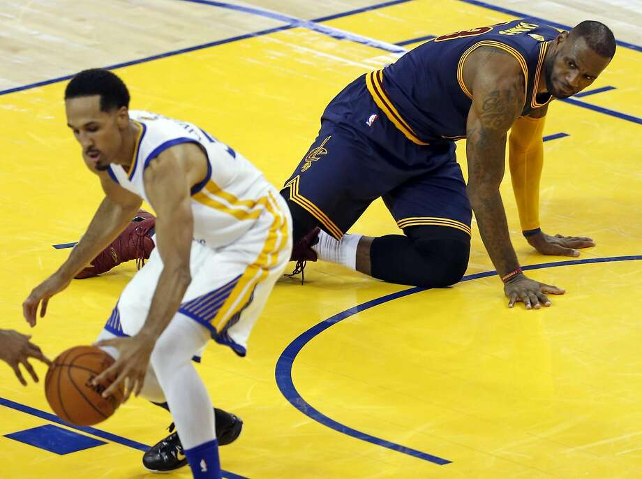 Cleveland Cavaliers' LeBron James watches as Golden State Warriors' Shaun Livingston corrals a James' turnover in 4th quarter of Warriors' 104-89 win in Game 1 of NBA Finals at Oracle Arena in Oakland, Calif., on Thursday, June 2, 2016. Photo: Scott Strazzante, The Chronicle