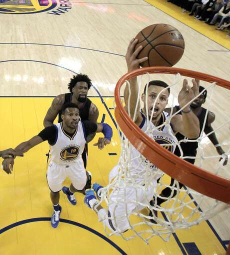 Stephen Curry (30) puts in a layup in the first half as the Golden State Warriors played the Los Angeles Clippers at Oracle Arena in Oakland, Calif., on Wednesday, March 23, 2016.