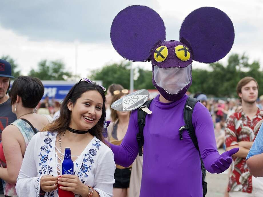 25 Great (And Not-So-Great) Things We Saw at FPSFFans most thankful it's not 100 degrees out:The truest Deadmau5 fans walked around in the artist's signature mouse-y headgear before the show. The EDM artist removed his own giant mouse head early into his set. Photo: Jay Dryden ,  jaydrydenphoto.com