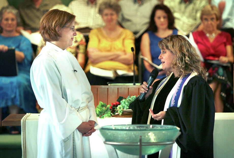 The Rev. Kelly S. Allen (left) listens to Rabbi Allison Bergman Vann of Temple Beth-El during Allen's installation as University Presbyterian Church pastor in 2009. Photo: Bob Owen /SAN ANTONIO EXPRESS NEWS / rowen@express-news.net