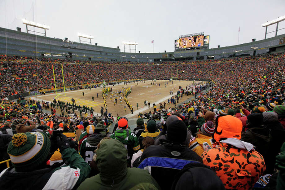 Green Bay Packers players are introduced to the field before an NFL wild-card playoff football game against the San Francisco 49ers, Sunday, Jan. 5, 2014, in Green Bay, Wis. (AP Photo/Kiichiro Sato) / Sato