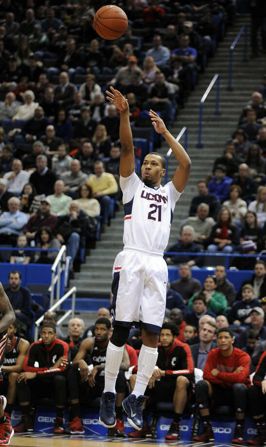 Connecticut's Omar Calhoun (21) shoots during the first half of an NCAA college basketball game against Cincinnati in Hartford, Conn., Saturday, Jan. 10, 2015. (AP Photo/Fred Beckham)