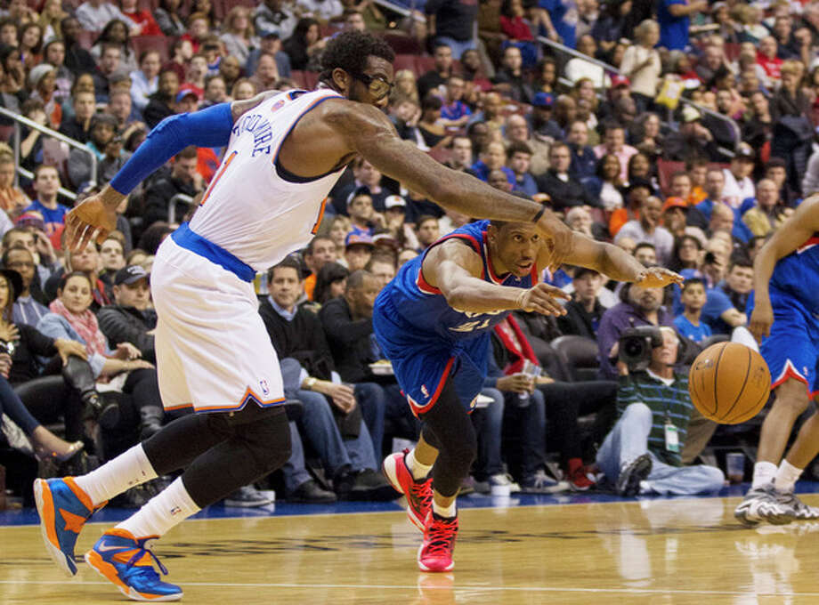 New York Knicks' Amar'e Stoudemire, left,, reaches for the ball after Philadelphia 76ers' Thaddeus Young, right, knocked it away from him during the first half of an NBA basketball game, Saturday, Jan. 11, 2014, in Philadelphia. (AP Photo/Chris Szagola) / FR170982 AP