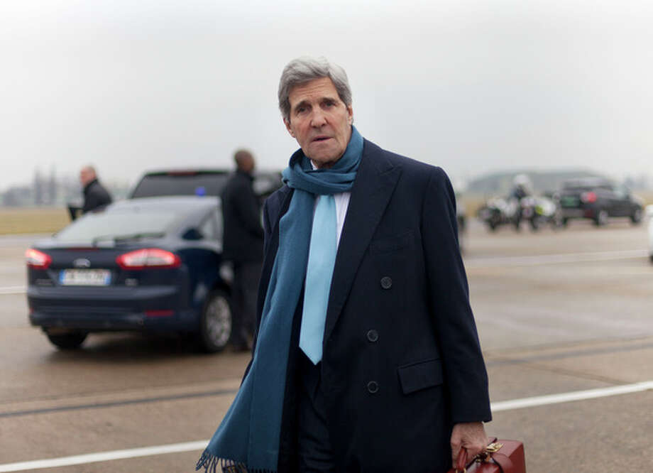 US Secretary of State John Kerry walks across the tarmac to his vehicle upon his arrival in Paris to attend a two-day meeting on Syria, Sunday, Jan. 12, 2014. Kerry and other top national envoys are aiming to bring Syria's main opposition group to attend face-to-face peace talks with the Syrian government. (AP Photo/Pablo Martinez Monsivais, Pool) / AP Pool