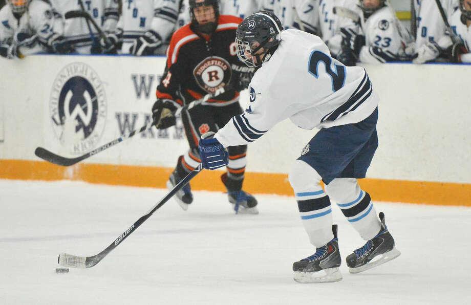 Hour Photo/Alex von Kleydorff Wiltons #2 Liam Rance vs Ridgefield Hockey